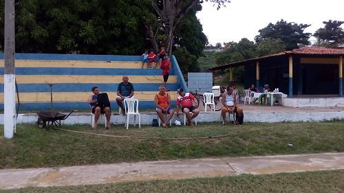 Atletas dos Empachados esperando o jogo (Foto: Sandro Vagner)
