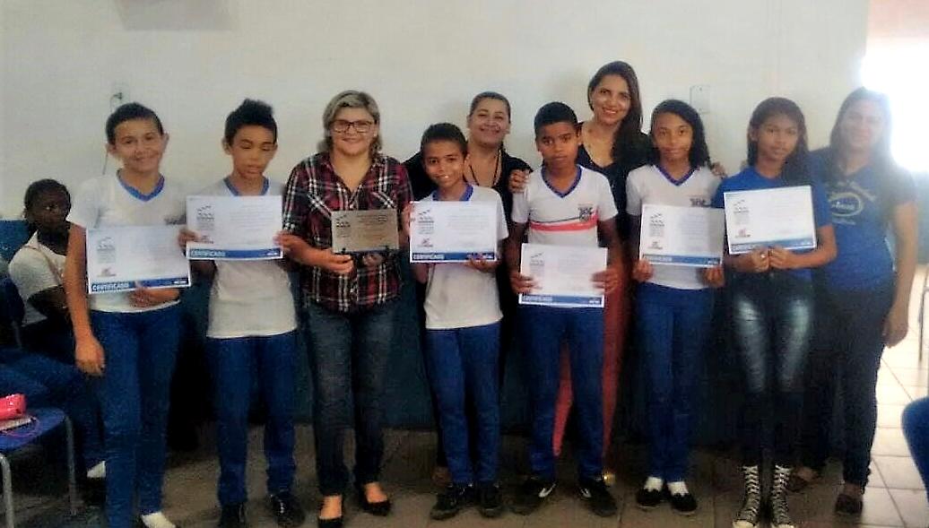 Alunos contemplados, diretora adjunta, diretora geral e Secretária de Educação Iaciara Rios/Foto: Marcos Ktause